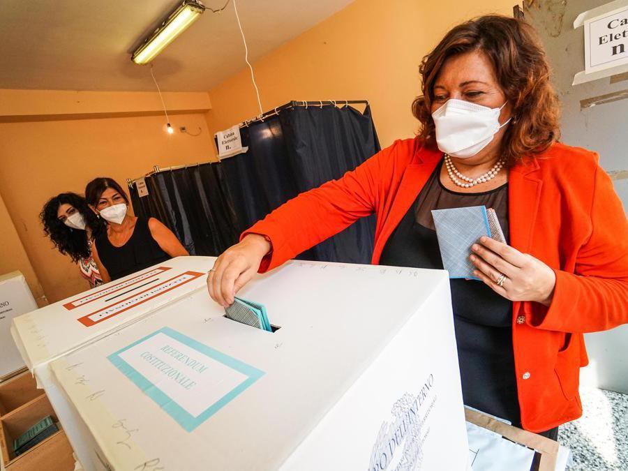 La candidata alla presidenza della regione Campania per il M5S Valeria Ciarambino al voto in una scuola di Pomigliano D'Arco (Napoli ) (Ansa/Cesare Abbate)