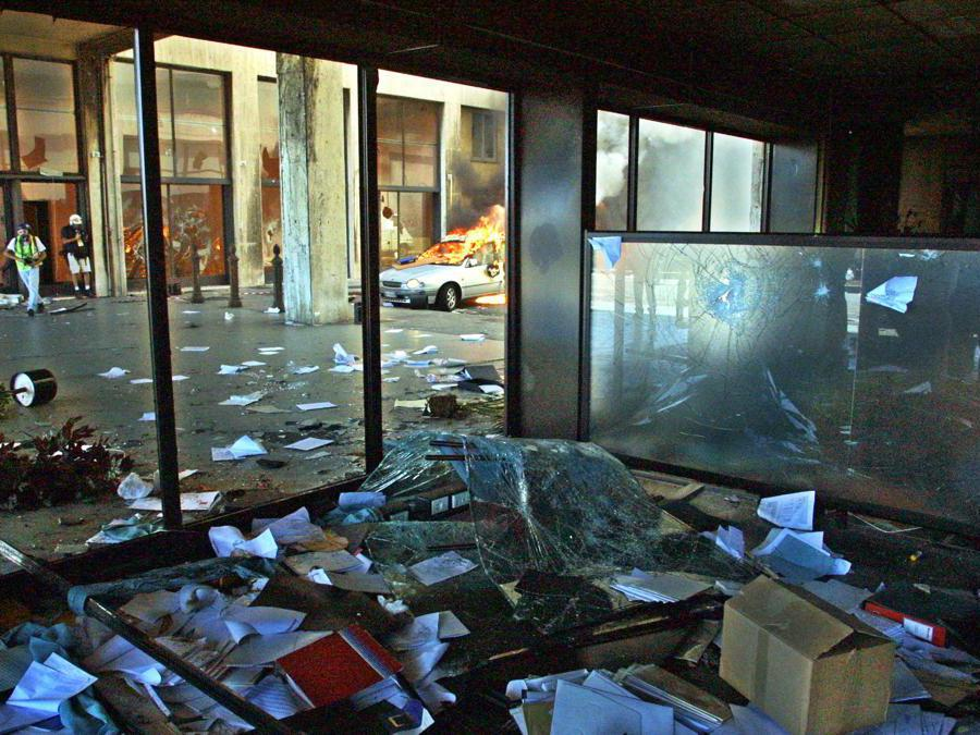 A picture taken 21 July 2001 shows a bank office after clashes between anti-riot police and anti-globalisation activits protesting against the G8 summit in Genoa. Police and protesters clashed for the second day running at the Genoa G8 summit today and angry activists set fire to an office building as an anti-globalisation during march gathering more than 100,000 people began. AFP PHOTO PHILIPPE DESMAZES (Photo by PHILIPPE DESMAZES / AFP)