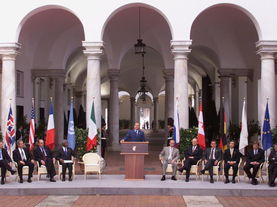 Members of the Group of Eight and other European leaders,(From L-R) British Prime Minister Tony Blair, U.S. President George W Bush, French President Jacques Chirac, U.N. Secretary General Kofi Annan, host Italian Prime Minister Silvio Berlusconi, Russian President Vladimir Putin, Canadian Prime Minister Jean Chretien, Japanese Prime Minister Junichiro Koizumi, Belgium Prime Minister Guy Verhofstadt and President of the European Commission Romano Prodi pose for photographs at the start of the G8 at the Palazzo Ducale July 20, 2001. Leaders of the G8 start their three-day meeting on Friday as anti-globalisation protesters torched cars, smashed shop windows and ran running battles with riot police. WS (Reuters)