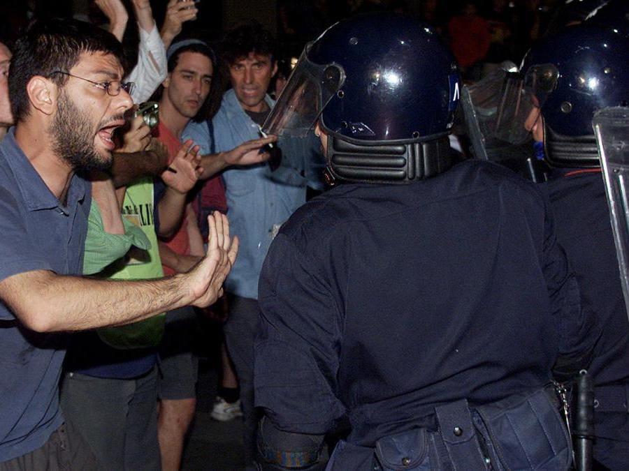 Militanti del Genoa Social Forum fronteggiano i carabinieri al termine della perquisizione compiuta da polizia e carabinieri nella scuola Diaz a Genova il 21 luglio 2001. ANSA / LUCA ZENNARO