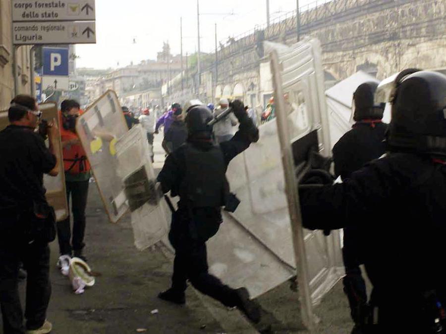 Genova 20 luglio 2001. La polizia carica i dimostranti durante gli scontri avvenuti oggi a Genova. LUCIANO DEL CASTILLO/ANSA/