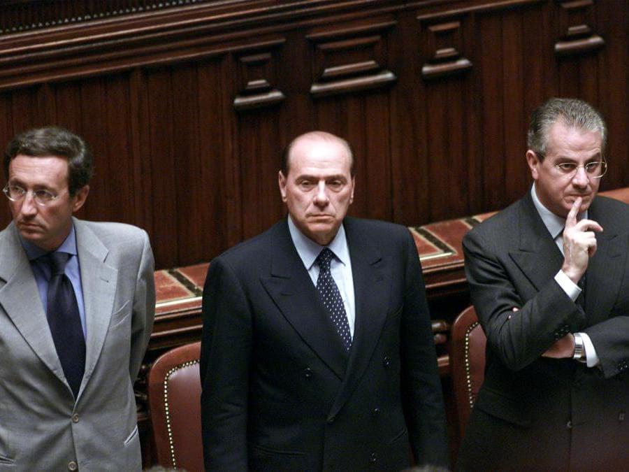 20010723 - ROMA - POL - CAMERA: G8; SCAJOLA, ERANO CINQUEMILA I PIU' VIOLENTI - Il presidente del Consiglio Silvio Berlusconi (C), il vicepresidente Gianfranco Fini (S) e il ministro dell'Interno Claudio Scajola, oggi alla Camera. GIUSEPPE GIGLIA/ANSA/TO