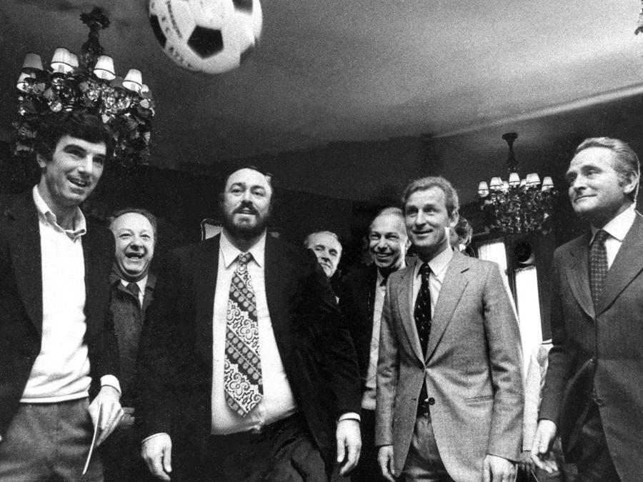 Giampiero Boniperti con Zoff, Trapattoni e Pavarotti nel 1981 in Turin, Italy. (Juventus FC - Archive/Juventus FC via Getty Images)