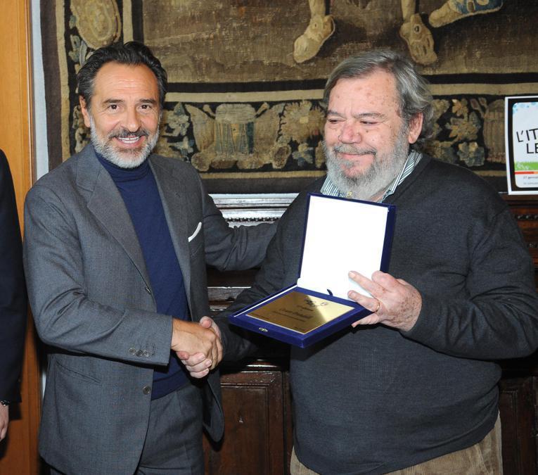 Il ct della Nazionale Cesare Prandelli premiato da Gianni Mura durante la cerimonia di consegna del premio 'L'Altropallone' a palazzo Isimbardi, sede della Provincia di Milano, il 27 gennaio 2014 a Milano. ANSA/DANIELE MASCOLO