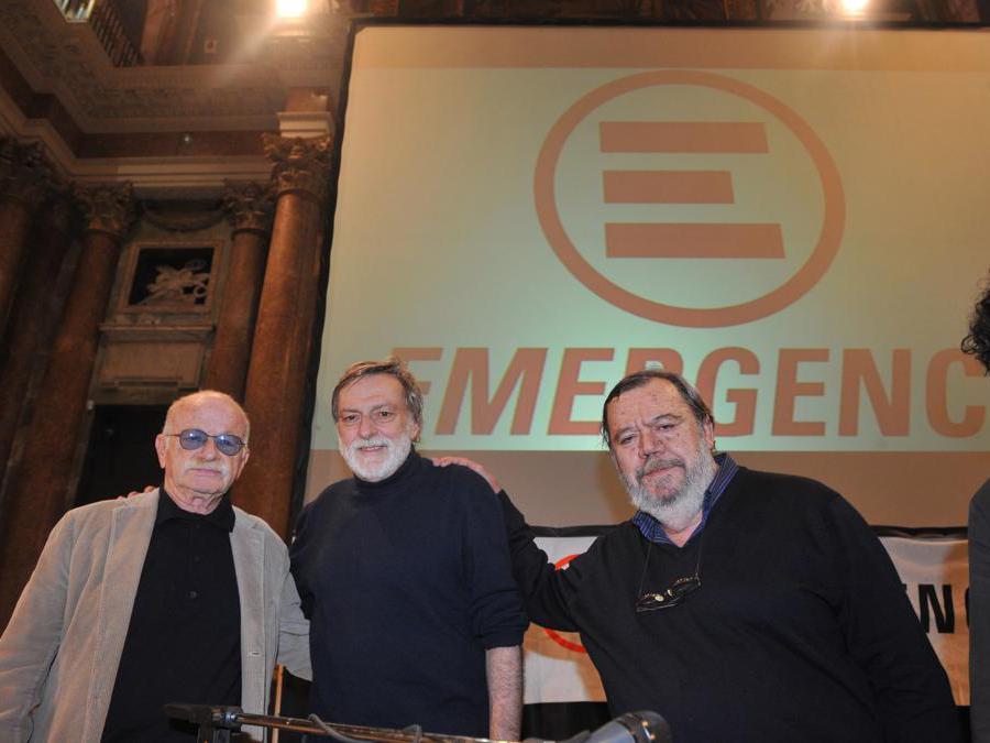 Il fondatore dell'organizzazione umanitaria Emergency, Gino Strada, con Gino Paoli (S) e Gianni Mura (D) durante la presentazione della rivista della ong 'E: il mensile',  15 marzo 2011 a Genova. ANSA/LUCA ZENNARO