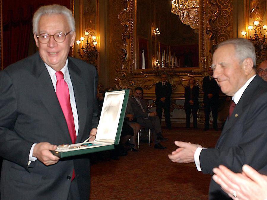 Roma, 2003. Carlo Azeglio Ciampi con Giampaolo Pansa, insignito dell'onorificenza di Grande ufficiale dell'Omri(Ansa)