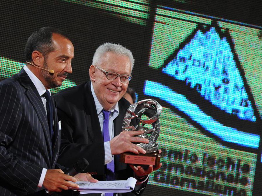 2010. Franco Di Mare e Giampaolo Pansa con il premio Ischia alla carriera (Ansa)