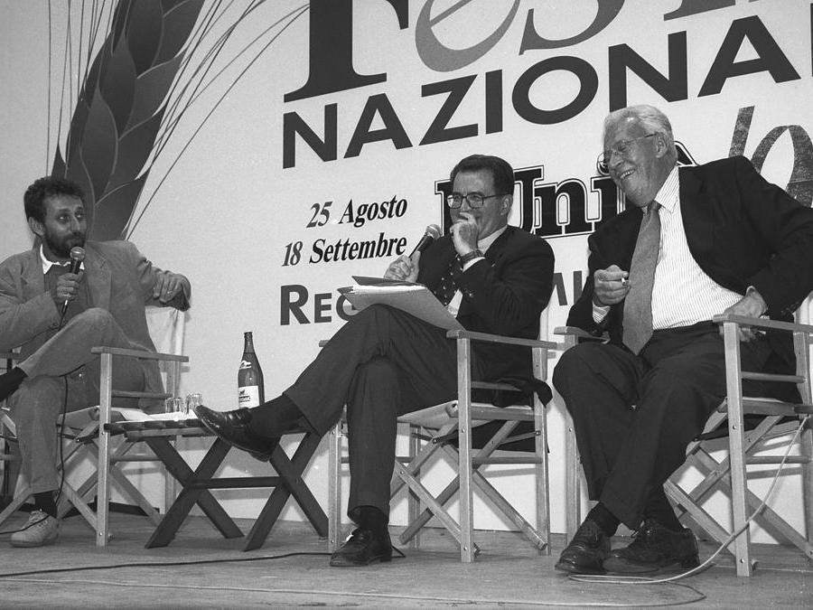 1995 Reggio Emilia. Festa nazionale dell'Unità. Da sinistra, Michele Serra, Romano Prodi e Giampaolo Pansa (Agf)