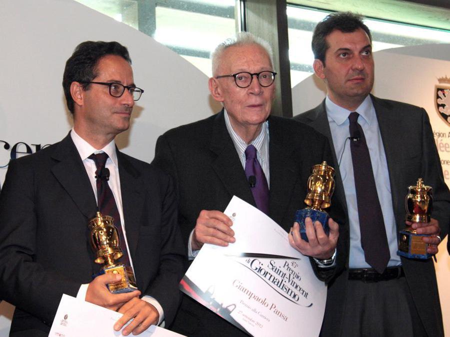 Saint-Vincent (Aosta), 2012. Da sinistra, Luigi Contu,  Giampaolo Pansa e Mario Calabresi  durante la consegna del Premio Saint-Vincent di giornalismo (Ansa)