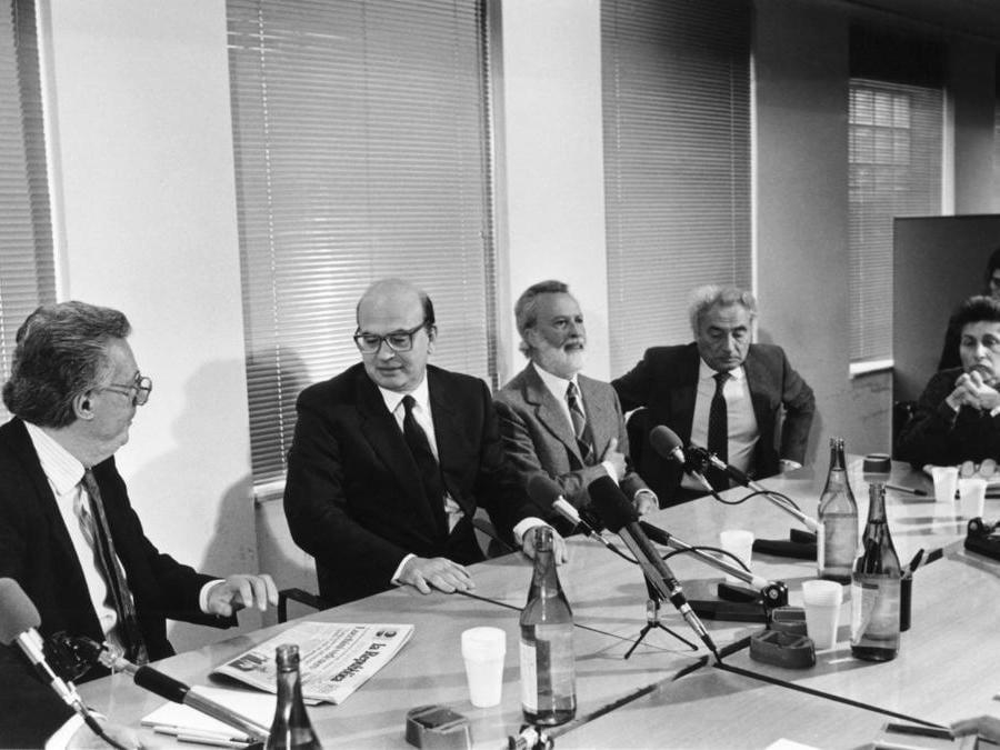 1987 Roma, Bettino Craxi  nella redazione di Repubblica, con  Eugenio Scalfari, Giampaolo Pansa, Gianni Rocca e Miriam Mafai (Agf)