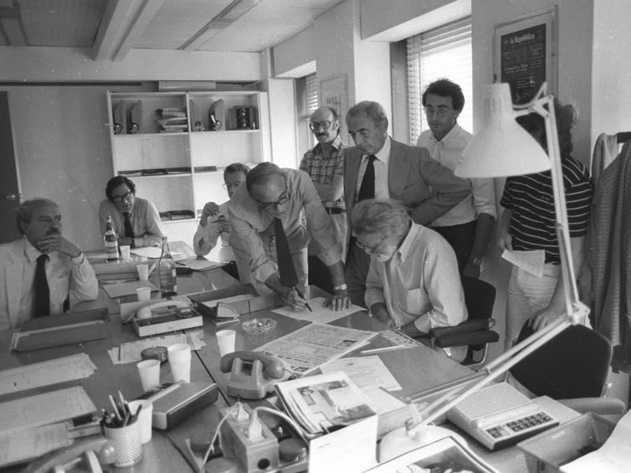 1983, Roma, riunione di redazione. Da sinistra, Alberto Jacoviello, Fausto De Luca, Giampaolo Pansa, Eugenio Scalfari,Giorgio Rossi, Rolando Montesperelli, Massimo Rocca, Giampiero Lori (Agf)