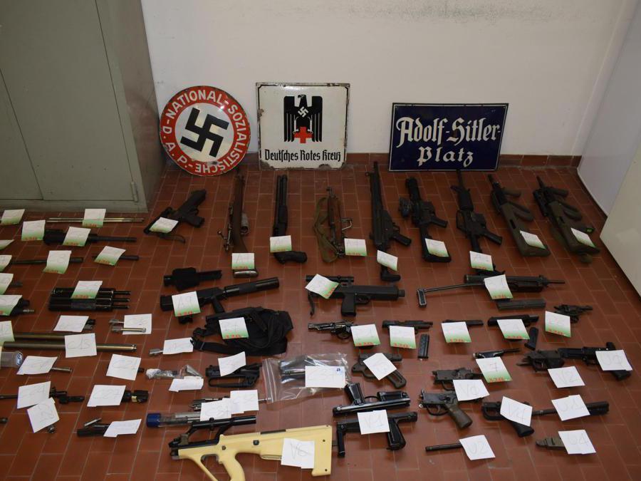 Le armi sequestrate a estremisti di destra nel Nord Italia.  (Ansa)