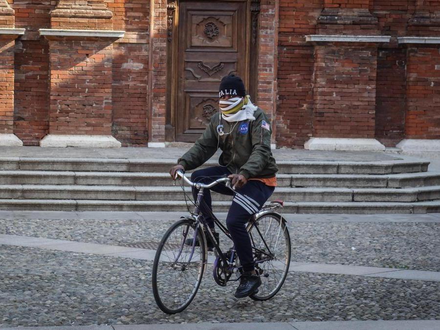 Gente con mascherina a Codogno, 22 Febbraio 2020. (Ansa/Matteo Corner)
