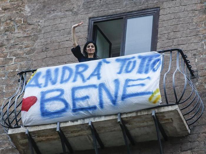 Coronavirus, dal Campidoglio ai balconi di Milano: nelle città il tormentone «Andrà tutto bene»