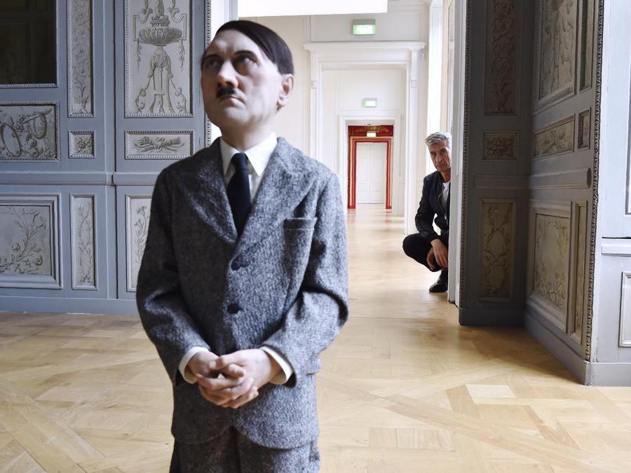 "Maurizio Cattelan posa accanto alla sua scultura raffigurante Adolf Hitler , ""Him"" (Photo by ALAIN JOCARD / AFP)"