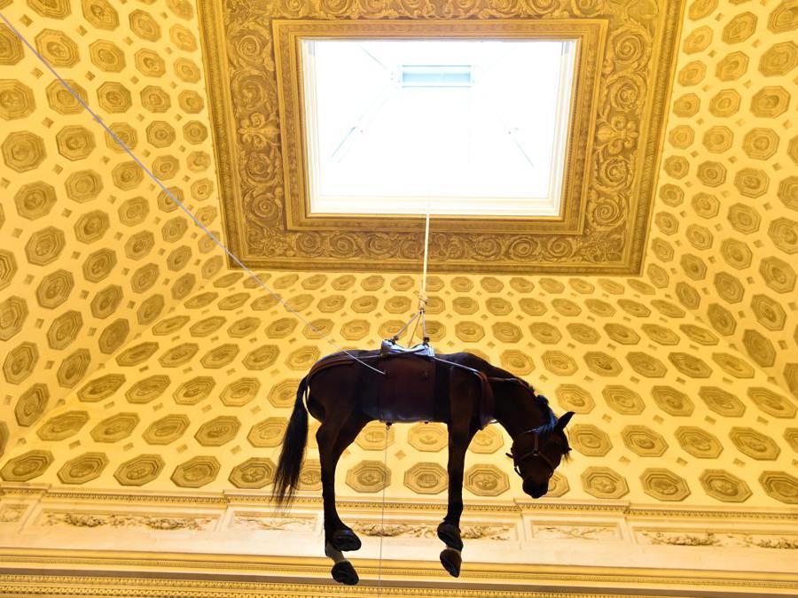 """Una scultura di Maurizio Cattelan alla sua mostra """"Not afraid of love"""". (Photo by ALAIN JOCARD / AFP)"""