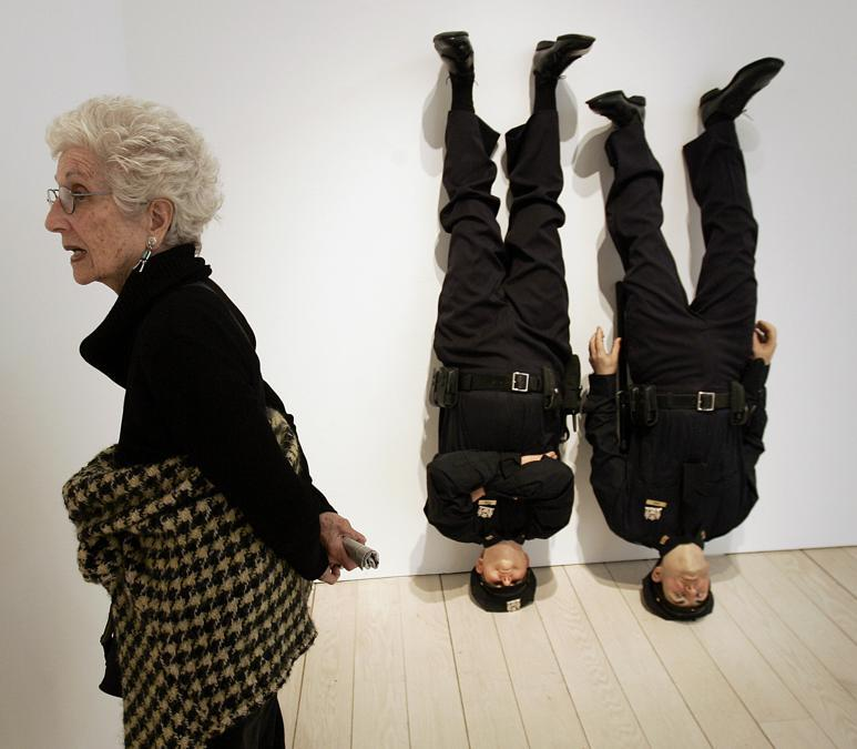 """L'opera NYPD (New York Police Department), di cera, """" Frank and Jamie"""" di Maurizio Cattelan (Photo by TIMOTHY A. CLARY / AFP)"""