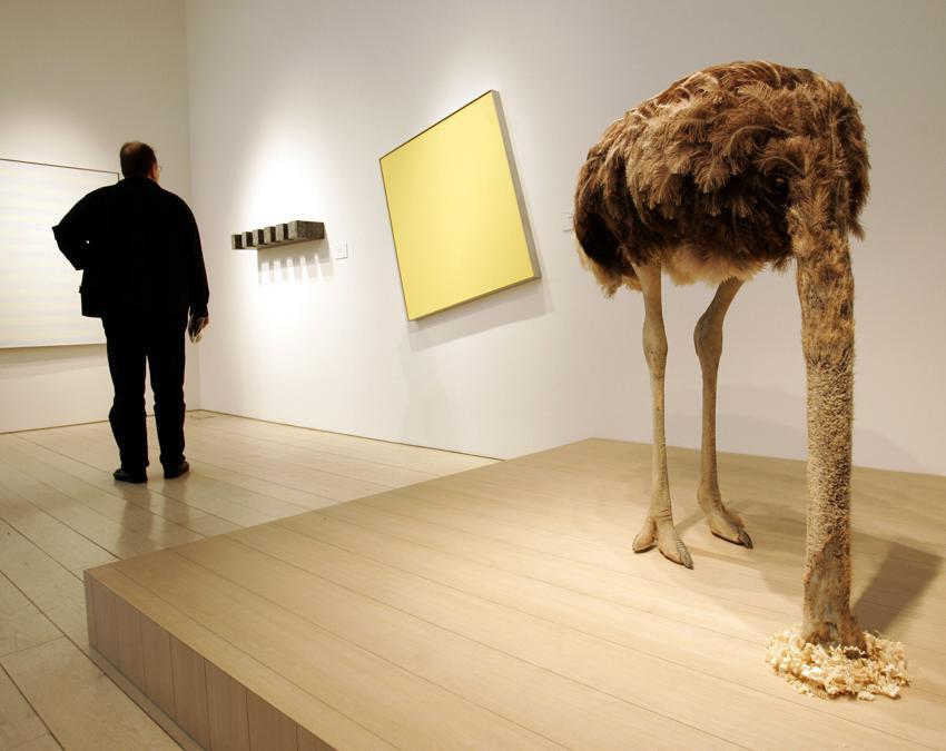 """L'opera """"Ostrich"""" di Maurizio Cattelan (Photo by TIMOTHY A. CLARY / AFP)"""