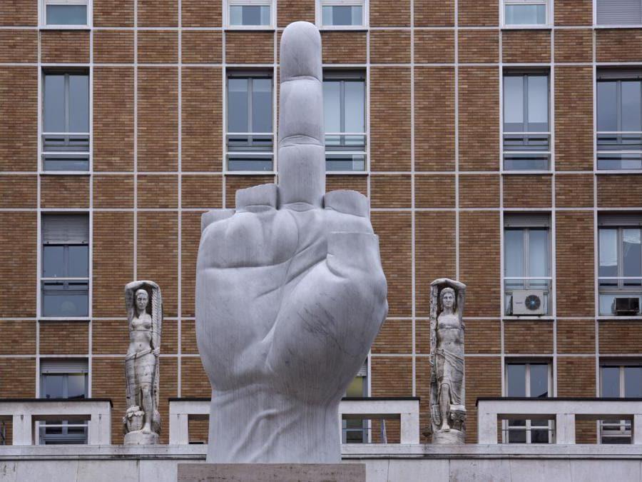 La scultura dell'artista Maurizio Cattelan a Piazza Affari, a Milano