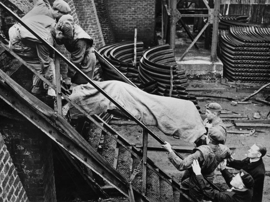 I soccorritori trasportano il cadavere di una vittima fuori dalla miniera dove è avvenuto l'incidente. (Photo by - / INTERCONTINENTALE / AFP)