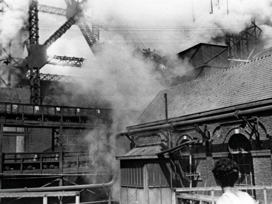 Il fumo circonda gli edifici della miniera di carbone in cui si sono verificati l'esplosione e l'incendio l'8 agosto 1956. - 262 minatori sono morti nell'incidente, 136 erano Italiani. (Photo by - / INTERCONTINENTALE / AFP)