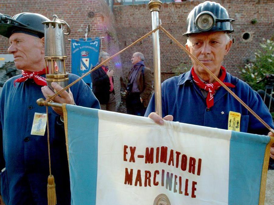 Ex minatori Indossando gli abiti da lavoro e i caschi, durante una commemorazione dell'incidente che ha ucciso 262 persone a Marcinelle. Diverse migliaia di persone, alcune provenienti da Polonia e Algeria, hanno preso parte alle cerimonie. Solo una dozzina di minatori sono sopravvissuti alla tragedia. Dei 262 morti, provenienti da una dozzina di paesi diversi, 136 erano italiani. (Photo by HERWIG VERGULT / BELGA / AFP)