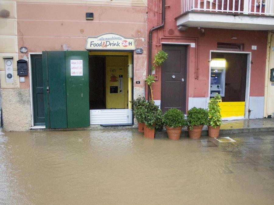 Case e negozi del centro storico invasi dall'acqua a causa delle forti piogge, Sestri Levante (Genova), 3 novembre 2019. ANSA/ FRANCO BOLZONI