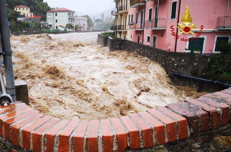 Un torrente ingrossato a causa del forte maltempo in Liguria,
