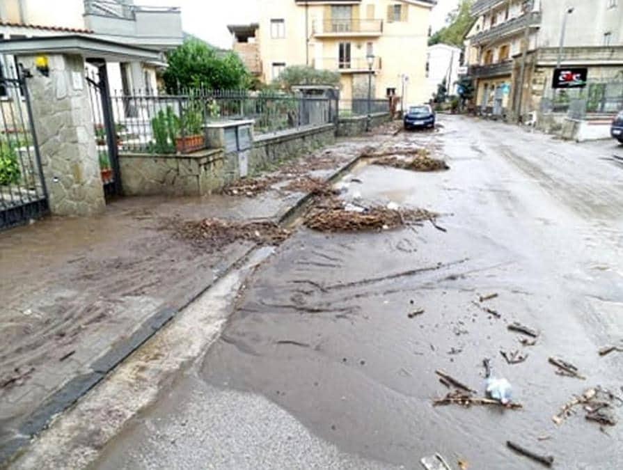 Danni e disagi a Castel San Giorgio (Salerno) a causa della colata di fango verificatasi dopo le intense piogge delle ultime ore  ANSA