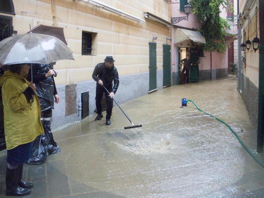 Case e negozi del centro storico invasi dall'acqua a causa delle forti piogge, Sestri Levante (Genova) ANSA/ FRANCO BOLZONI