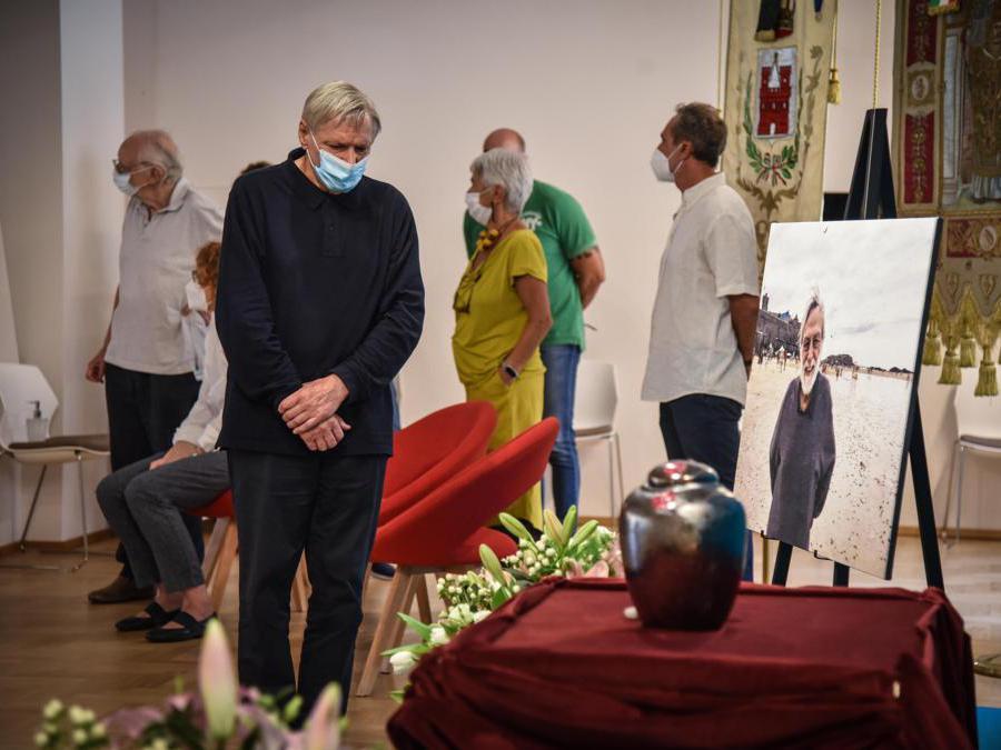 Don Luigi Ciotti alla camera ardente per Gino Strada nella sede di Emergency ANSA/MATTEO CORNER