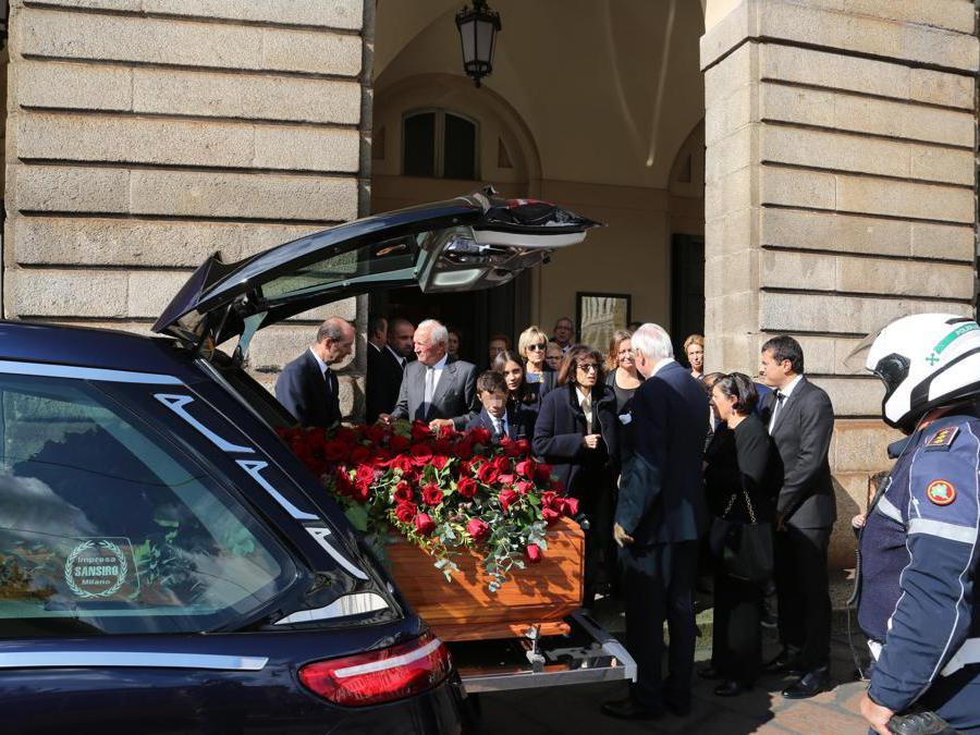 Il feretro di Giorgio Squinzi trasferito al Duomo (Ansa)