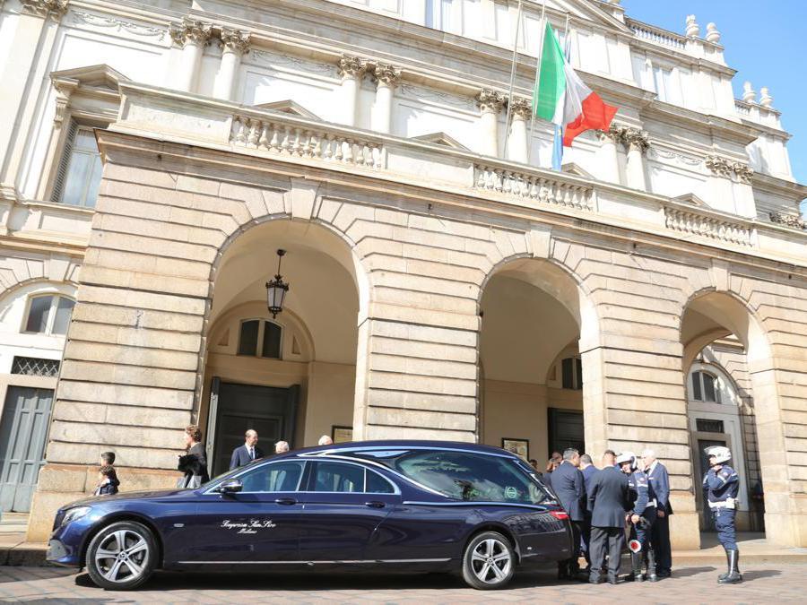 L'arrivo del feretro al Teatro alla Scala (Fotogramma)