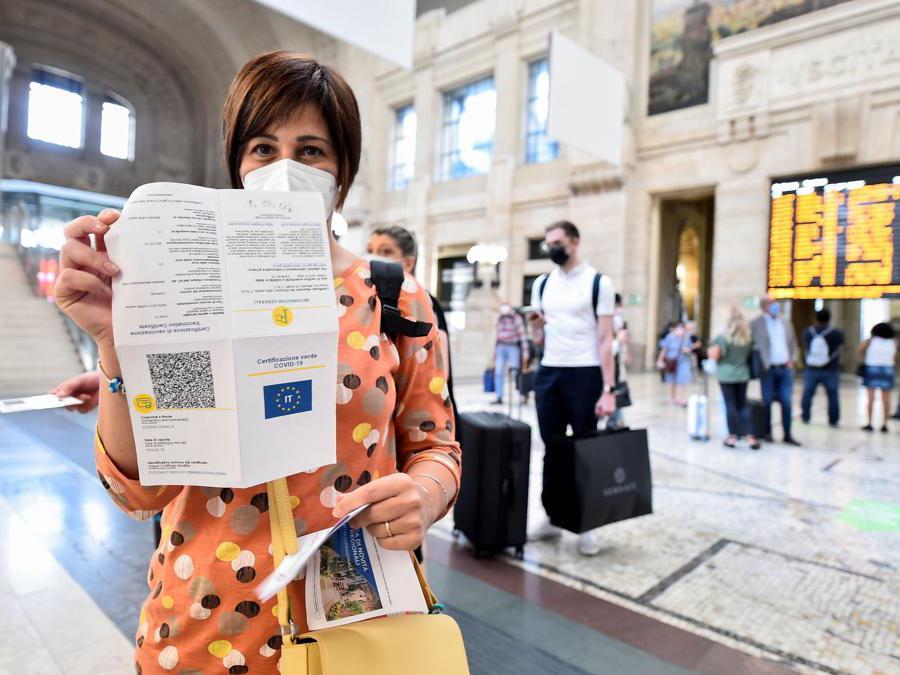 Una donna mostra il Green Pass cartaceo alla stazione ferroviaria di Milano Centrale. (Reuters / Flavio Lo Scalzo)