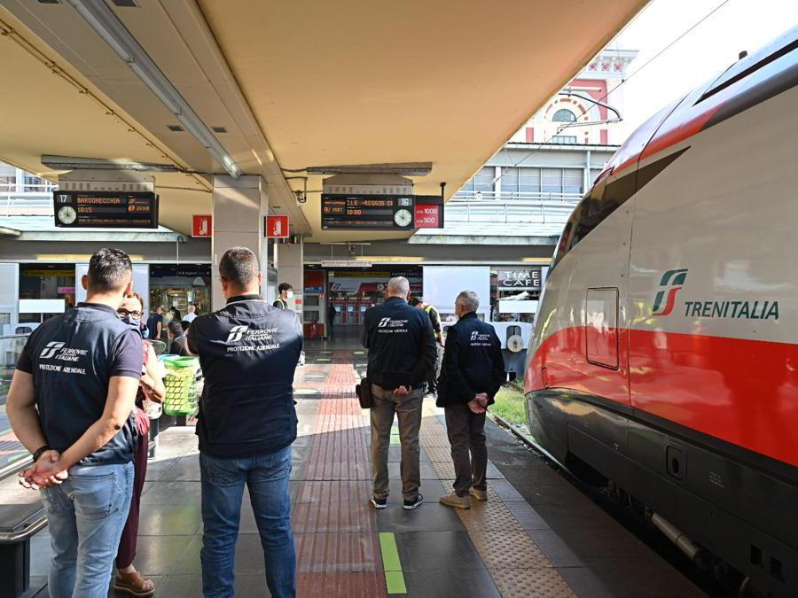 Green Pass vengono controllati alla stazione ferroviaria di Porta Nuova a Torino. (Ansa / Alessandro Di Marco)