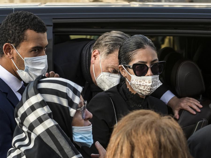 Zakia Seddiki, la moglie dell'ambasciatore Luca Attanasio seguita dal padre Salvatore Attanasio (Imagoeconomica)