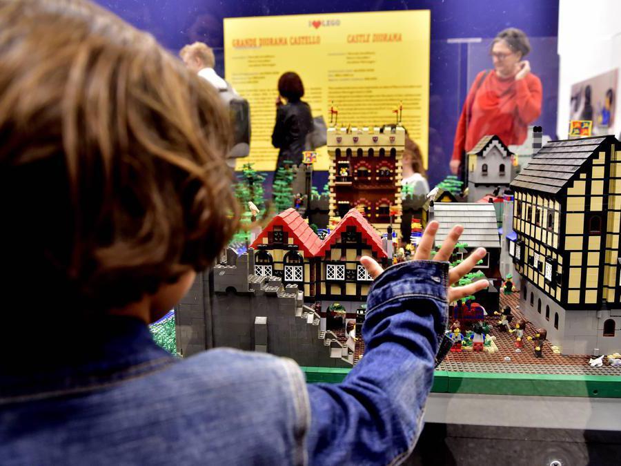 Folla di gente all' inaugurazione della Mostra «I Love Lego» alla Permanente di Milano (Duilio Piaggesi/Fotogramma)