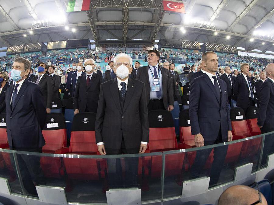 Il Presidente della Repubblica Sergio Mattarella (al centro) allo stadio olimpico in occasione della partita inaugurale Italia-Turchia degli Europei di Calcio, Roma, 11 giugno 2021. (Ansa/Paolo Giandotti - Ufficio Stampa della Presidenza della Repubblica)