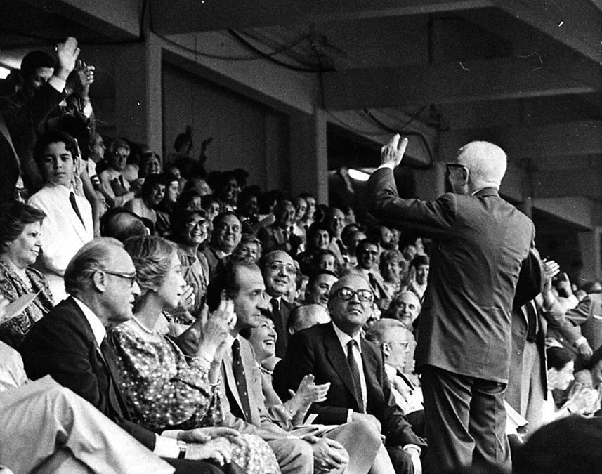 Il presidente della Repubblica, Sandro Pertini, esulta in tribuna per il goal degli Azzurri durante la finale di Coppa del Mondo Italia-Germania Ovest, in una immagine dell'11 luglio 1982 allo stadio Santiago Bernabeu di Madrid (Spagna). (Ansa)