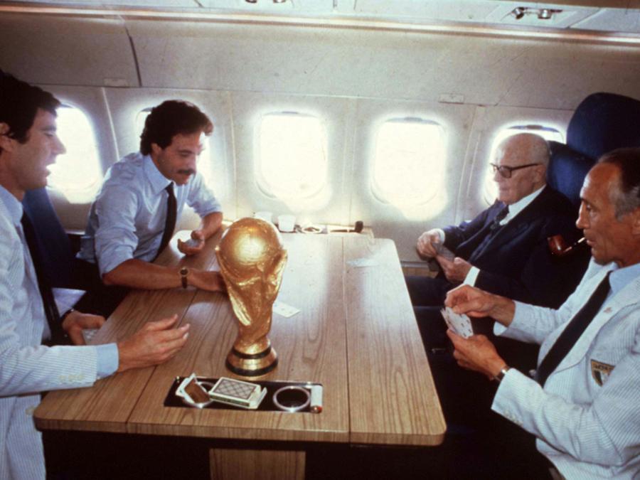 In una foto d'archivio la storica partita a carte sull'aereo di ritorno da Madrid dopo la vittoria dell'Italia ai Mondiali del 1982, da sinistra Dino Zoff, Franco Causio, Sandro Pertini ed Enzo Bearzot. (Ansa)