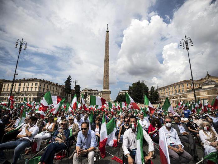 Il centro-destra in Piazza del Popolo: sedie e bandiere tricolore