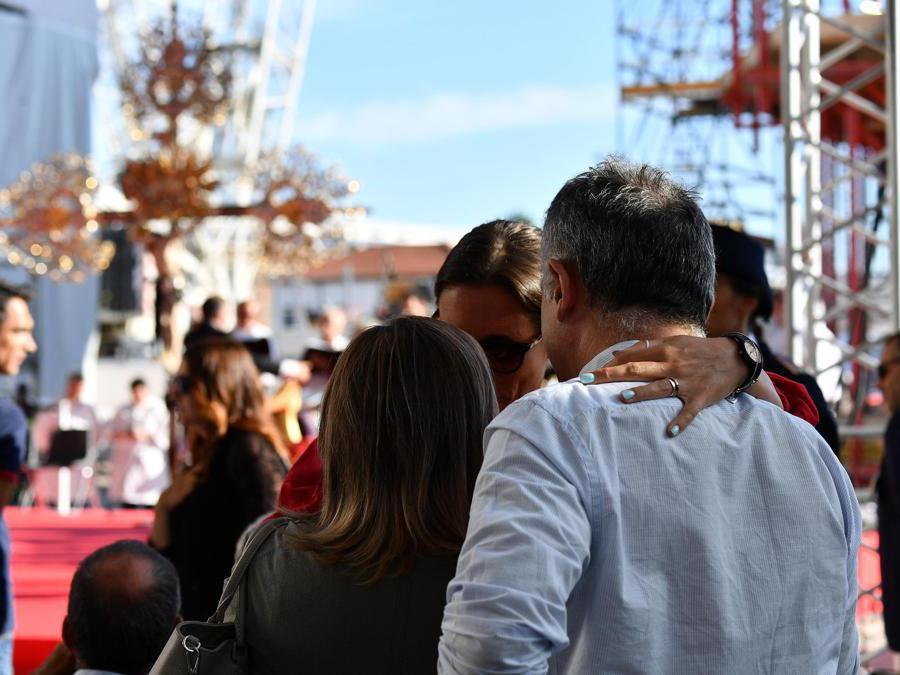 La gente si riunisce per assistere alla cerimonia commemorativa per le vittime del crollo del ponte Morandi a Genova (Luca Zennaro/Ansa)
