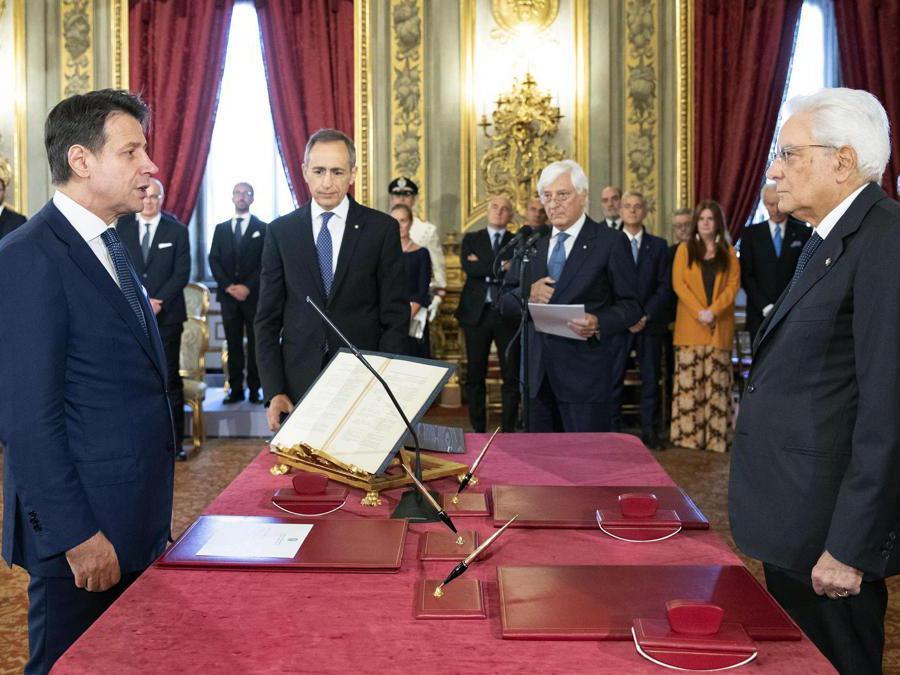 Il Primo Ministro  Giuseppe Conte (sinistra) in piedi davanti al Presidente  Sergio Mattarella (destra) durante la cerimonia del giuramento del nuovo governo al Palazzo del Quirinale. EPA/FRANCESCO AMMENDOLA/QUIRINAL PALACE