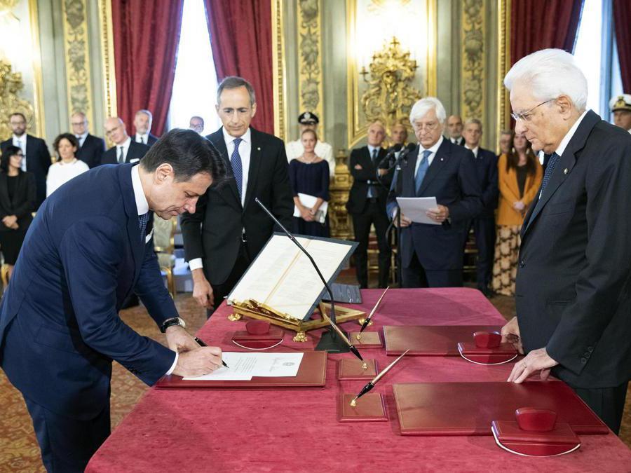 Il Primo Ministro  Giuseppe Conte (sinistra) che firma davanti al Presidente  Sergio Mattarella (destra) durante la cerimonia del giuramento del nuovo governo al Palazzo del Quirinale. EPA/FRANCESCO AMMENDOLA/QUIRINAL PALACE
