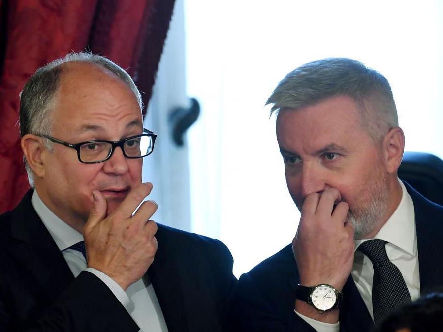 Il ministro delle finanze e dell'economia  Roberto Gualtieri (sinistra) e il ministro della Difesa  Lorenzo Guerini. (Photo by Andreas SOLARO / AFP)