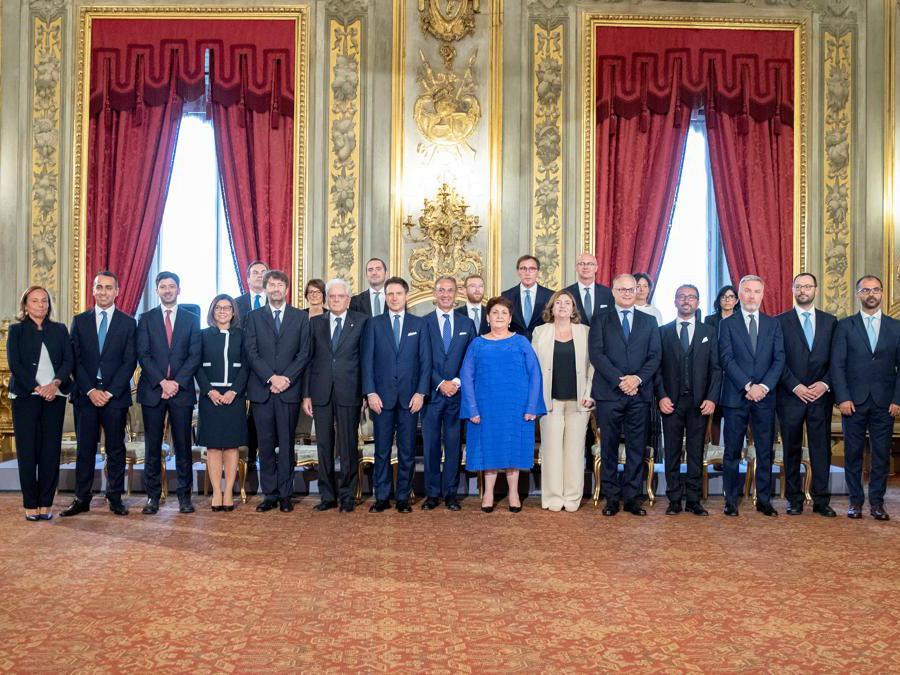 Il Presidente  Sergio Mattarella posa per una foto con il Primo Ministro Giuseppe Conte e i membri del nuovo governo. Francesco Ammendola/Presidential Palace/ via REUTERS