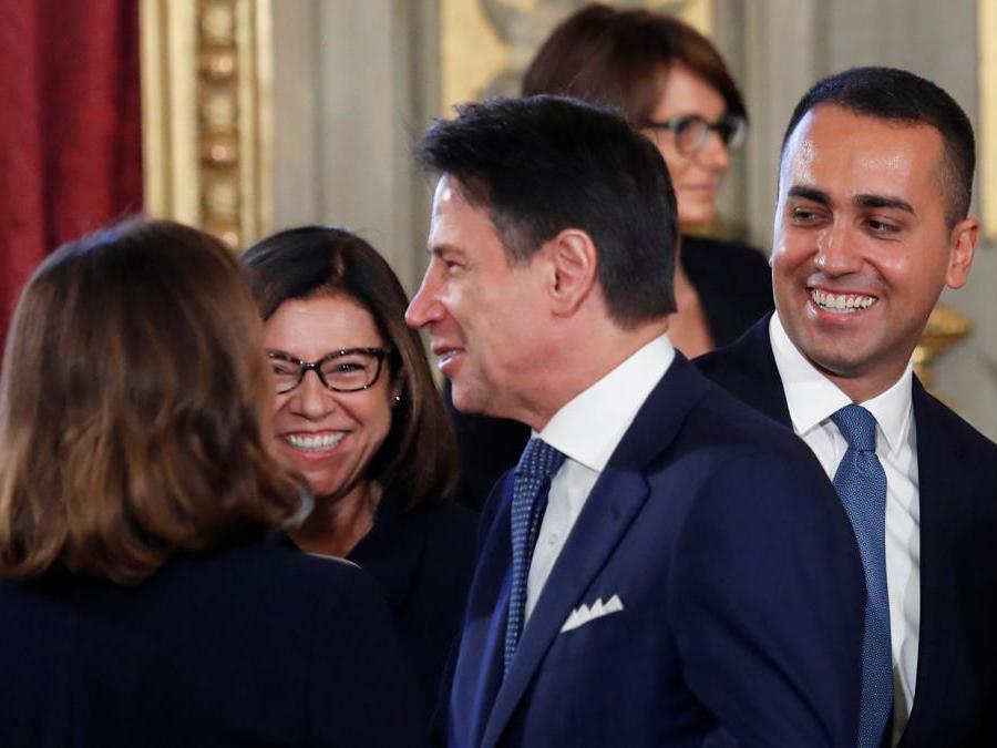 Il Primo Ministro  Giuseppe Conte sorride con il Ministro dei trasporti Paola De Micheli e il Ministro degli affari esteri Luigi Di Maio . REUTERS/Remo Casilli