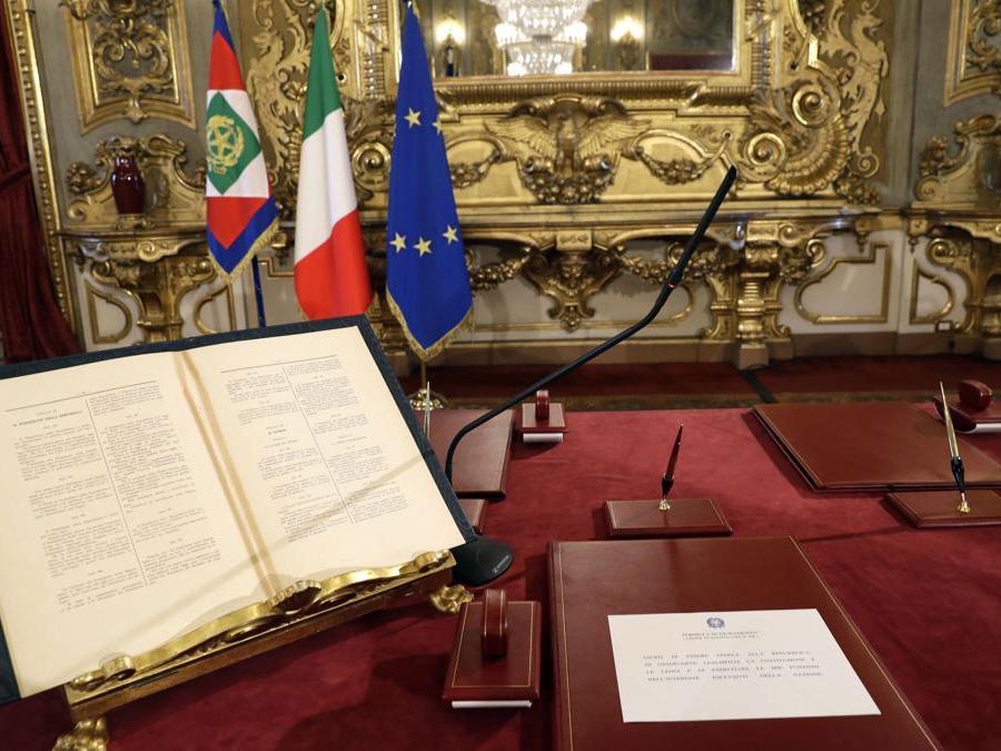 Il tavolo su cui i nuovi ministri presteranno giuramento. (AP Photo/Andrew Medichini)