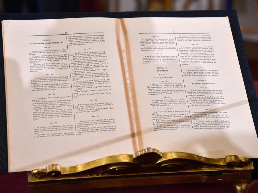 Gli articoli della Costituzione italiana che regolano le funzionalità del governo e i poteri del Presidente. (Photo by Andreas SOLARO / AFP)