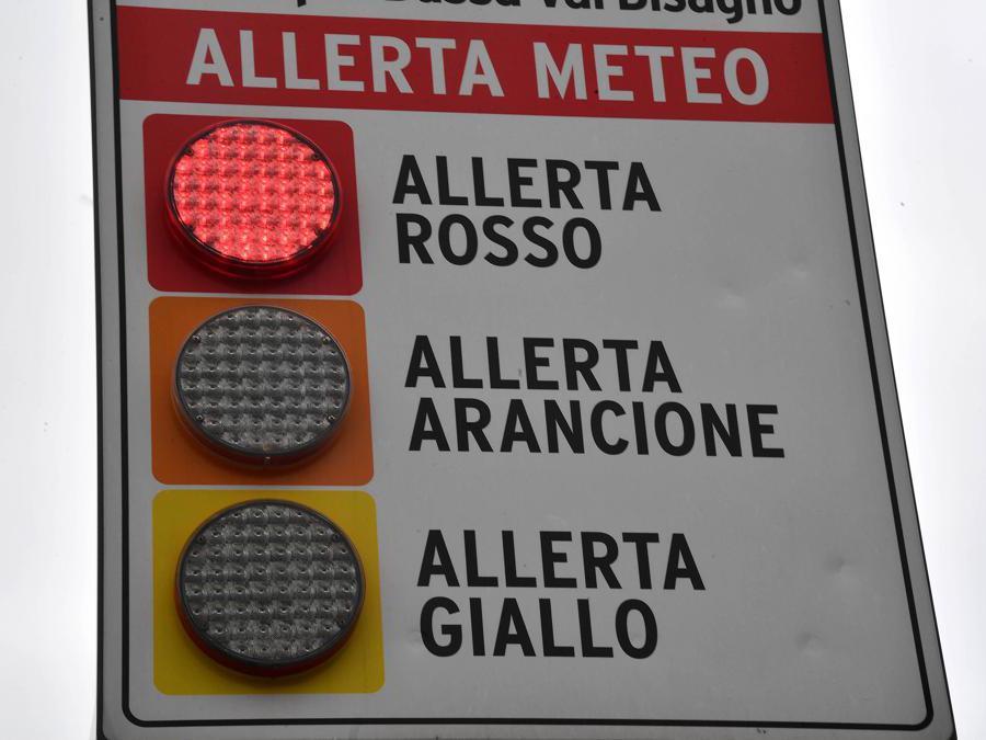 Un pannello di avviso luminoso che informa dell'allerta rossa in atto, nella bassa  Val  Bisagno - Genova (Ansa/Luca Zennaro)